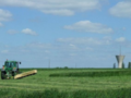 le tracteur coupe un champs de blé